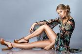 Mulher bonita blusa multicolor — Foto Stock