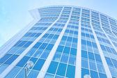 Perspektiv sida av fönsterrutan i businesscenter — Stockfoto