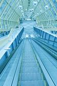 Astratti gradini della scala mobile verde con persone sulla parte superiore — Foto Stock