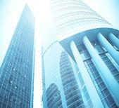 夜に高層ビルのガラス張りのモダンなシルエット — ストック写真