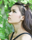 Portret piękne słodkie dziewczyny tęsknota w liść o — Zdjęcie stockowe