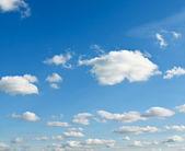 青空にまばらな雲 — ストック写真