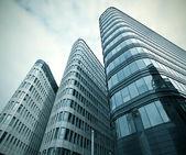 Transparant glazen wolkenkrabbers van het blauwe paneel — Stockfoto