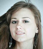 Emoční portrét roztomilá mladá dívka s krásné hnědé vlasy — Stock fotografie