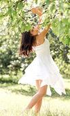 Portret van mooi schattige jonge meisje verlangen in leafage outdoo — Stockfoto