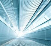 ビジネス センターの現代的なエスカレーターの青いテクスチャ — ストック写真