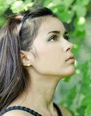 美丽可爱的年轻女孩渴望在木酢户外的肖像 — 图库照片