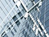 Pared de vidrio transparente oscuro del edificio de oficinas en la noche — Foto de Stock