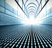 Blå konsistens av samtida rulltrappa i businesscenter — Stockfoto