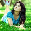 Stockfoto: Womrelaxing in park
