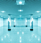 Wide spacious corridor in contemporary airport walkway — Photo