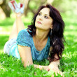 Foto Stock: Young womrelaxing in park