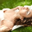 Pretty woman relaxing in park — Stockfoto