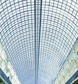 Pohled do stropu letiště ocelová modrá skla prostřednictvím výšková budova mrakodrapy — Stock fotografie