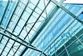 Perspektivní pohled do stropu letiště ocelová modrá skla — Stock fotografie