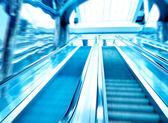 Bleu escalator moderne dans le centre d'affaires — Photo