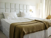 Spacious comfortable bed room inside luxury hotel — Stock Photo