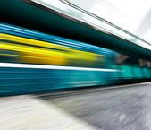 Vidvinkel perspektivvy av moderna ljusblå upplyst och — Stockfoto