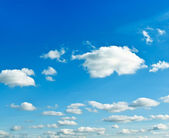 Sparse clouds in the blue sky — Stock Photo