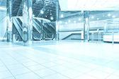 современный движущихся эскалатора лестницы внутри бизнес синий зал — Стоковое фото