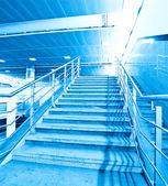 Leere blaue Treppe im Business-Shopping-center — Stockfoto