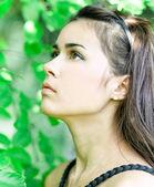 портрет красивых милый молодой девушки, тоска в листья гос — Стоковое фото