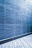 Fundo do idoso grungy textured tijolo branco e parede de pedra com piso de madeira claro com whiteboard dentro velho negligenciado e deserto interior, em branco horizontal espaço vazio da sala limpa studio — Foto Stock