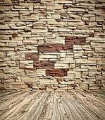 Fundo do idoso grungy textured tijolo branco e parede de pedra vermelha com piso de madeira claro com whiteboard dentro velho negligenciado e deserto interior, em branco horizontal espaço vazio da sala limpa studio — Foto Stock
