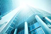 Panoramiczne i potencjalnych szeroki kąt widzenia do stali jasnoniebieskie tło wzrost szkła wysoki budynek drapacz handlowych nowoczesne miasto przyszłości. Koncepcja Biznesowa sukcesy architektury przemysłowej — Zdjęcie stockowe