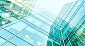 Panoramatické a budoucí širokoúhlý pohled na ocelové světle modré pozadí vzestupu sklo vysoká budova mrakodrap komerční moderní město budoucnosti. Podnikatelský koncept úspěšné průmyslové architektury — Stock fotografie