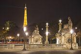 Placera de la concorde genom natten med eiffeltornet, paris — Stockfoto