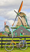 Cykel- och väderkvarnar i nederländerna — Stockfoto