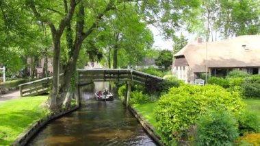 Unknown visitors in the boating in a canal in Giethoorn — Stock Video