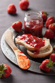 Bread with strawberry jam — Stock Photo