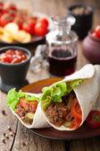 Tortilha de envolvimentos com carne e legumes — Foto Stock