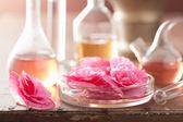 Aromaterapii a alchymie s růžovými květy — Stock fotografie
