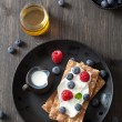 Crisp bread with creme fraiche and berries — Stock Photo