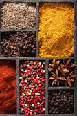 Spices in box pink and black pepper, paprika powder, curry, bay — Stockfoto