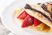 Pancakes with strawberry and chocolate sauce — Zdjęcie stockowe