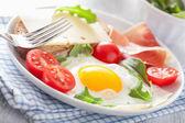 Sağlıklı bir kahvaltı için kızarmış yumurta ham domates — Stok fotoğraf