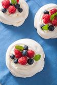Pavlova-baiser-kuchen mit sahne und beeren — Stockfoto