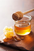 Honeycomb dipper and honey in jar on wooden background  — Foto Stock