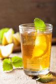 Bicchiere di tè con limone e melissa — Foto Stock