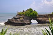 Indonesian temple on sea coast. Tanah lot complex. — Stockfoto