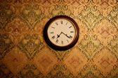 винтажные часы на стене — Стоковое фото