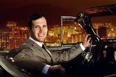 человек вождения ретро автомобиля против — Стоковое фото