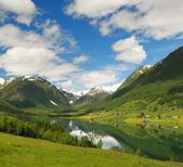 озеро в горах норвегии — Стоковое фото