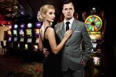 Retro couple against slot machines — Stockfoto