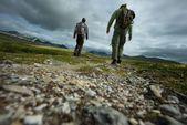 走两个徒步旅行者的图片 — 图库照片