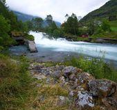 Traditionele noorwegen huizen in de buurt van snelle rivier — Stockfoto